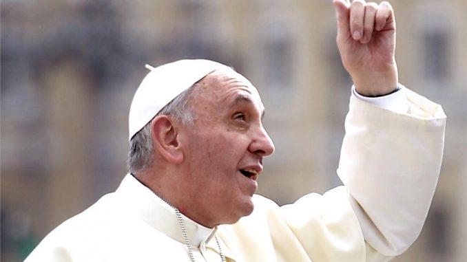 pape francis pointe vers le haut