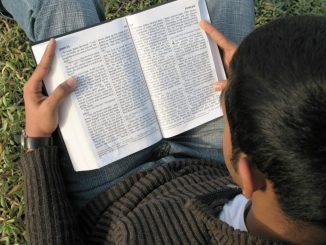 Un homme utilise la méthode de la Lectio Divina pour méditer la Parole de Dieu
